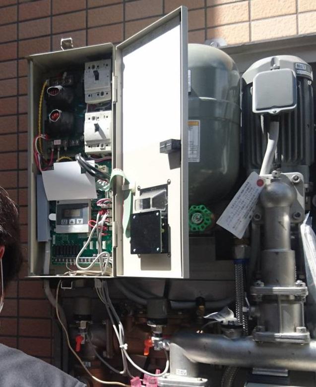 電源の電圧を測定中です